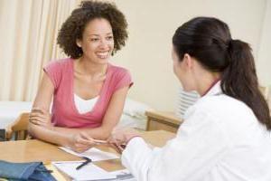 болі внизу живота у жінок перед місячними