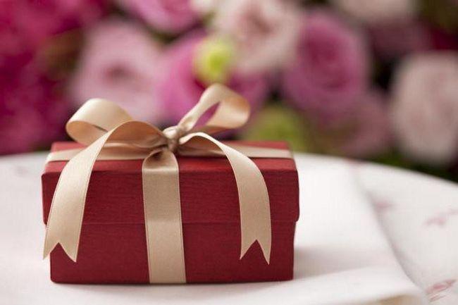 Фото - Що подарувати жінці на 40 років, у якої все є? Як привітати недорого, але зі смаком? Подарунок жінці на 40 років (колезі). Подарунок коханій на 40 років