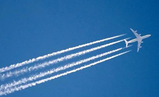 Фото - Інверсійний слід від літака і ракети