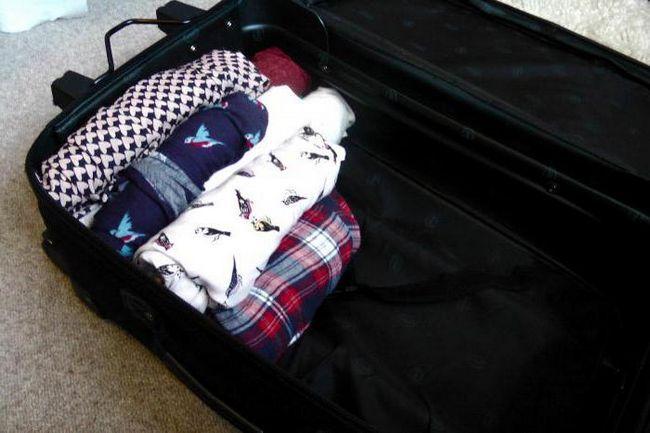 як правильно скласти речі у валізу