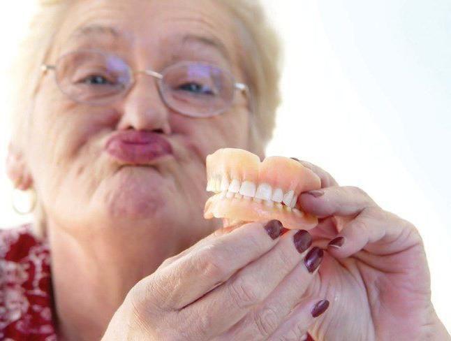 Фото - Клей для зубних протезів: різновиди та особливості використання