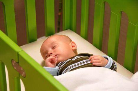 як навчити грудничка спати на животі