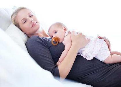 дитина спить на животі