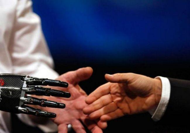 Фото - Паралізований людина змогла відчути дотику через протез руки