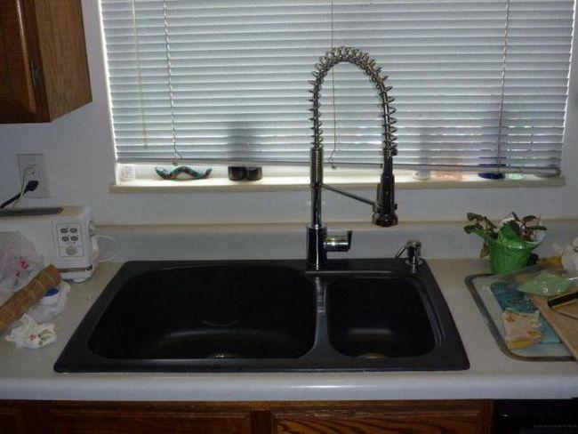 кухонна мийка зі штучного каменю фото