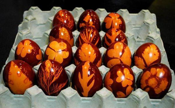 Фото - Фарбування яєць зеленкою і цибулевої лушпинням