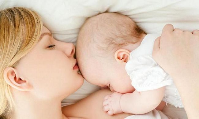 Фото - Правильне прикладання при грудному вигодовуванні: рекомендації, пози
