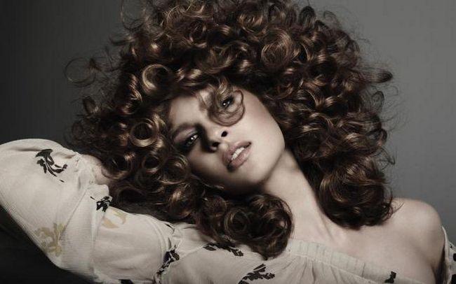 Фото - Зачіска з накрученим волоссям в домашніх умовах