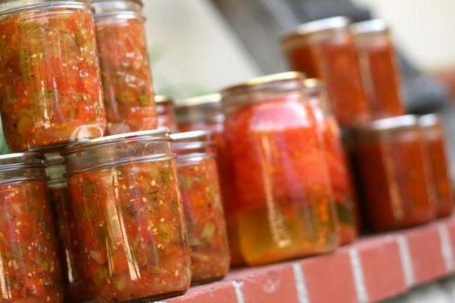 зимовий салат з огірків з томатною пастою