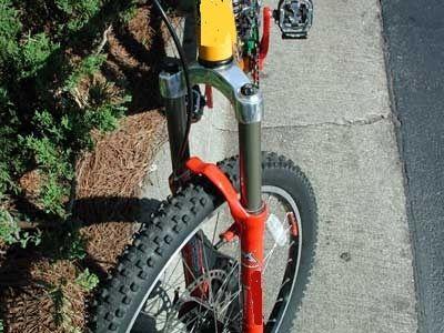 регулювання амортизаційної вилки на велосипеді
