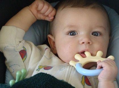 дитина 3 місяці ріжуться зуби