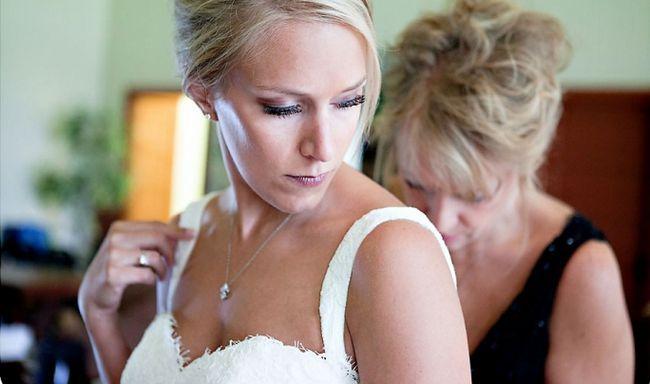 Фото - Яким має бути напуття матері дочки на весіллі?