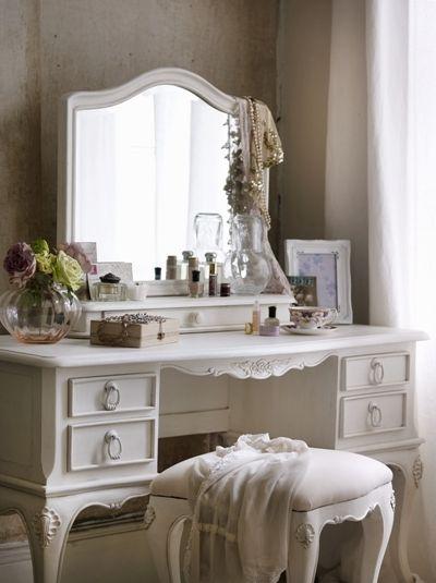 Фото - Туалетний столик з дзеркалом: різноманіття вибору
